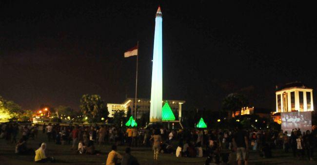 Tugu Pahlawan, Surabaya saat malam hari